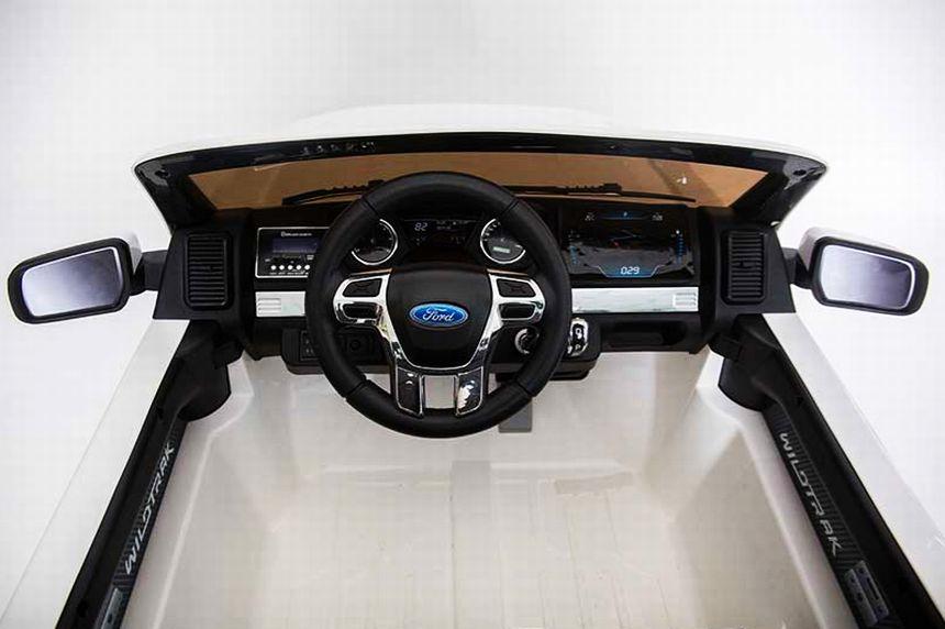 La plancia dell'auto elettrica Ford Ranger Jeep SUV di BabyCar, che ricordiamo essere munita di telecomando parentale e adatta a bambini dai 3 anni d'età