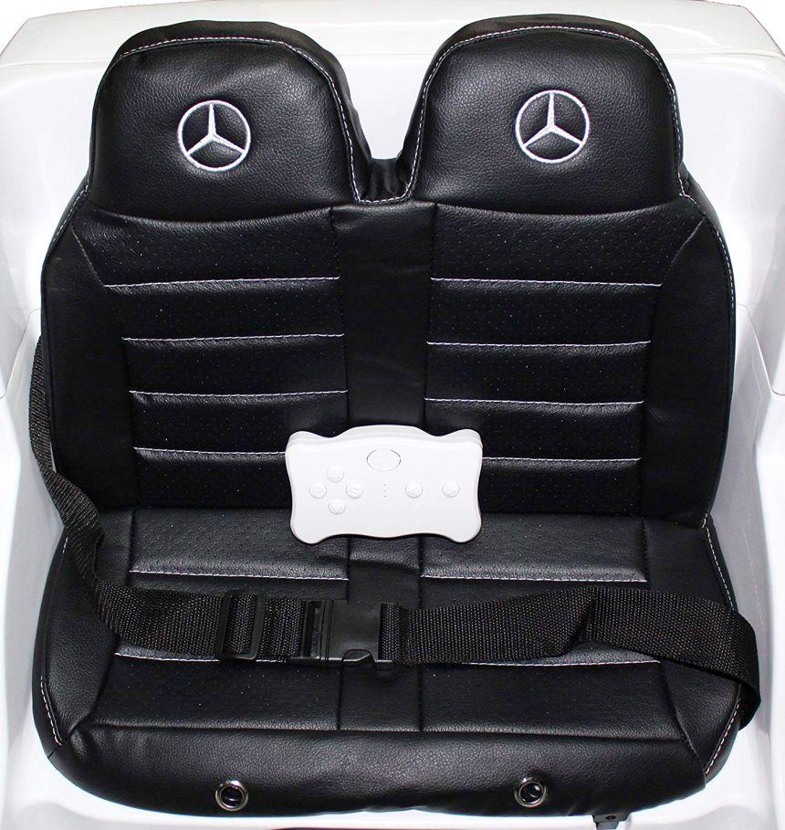 I sedili imbottiti in pelle, logo e cinture di sicurezza dell'auto elettrica Mondial Toys SUV Mercedes GL63 AMG (notare il telecomando parenterale)