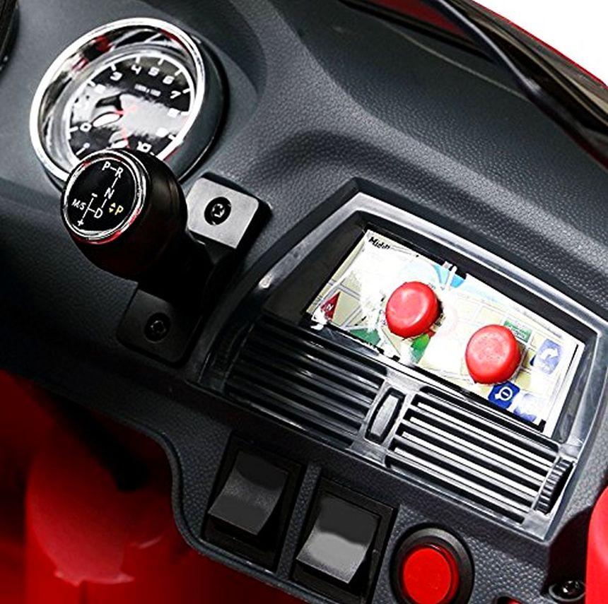 Primo piano della plancia di comando dell'auto elettrica Lamas Toys BMW X6
