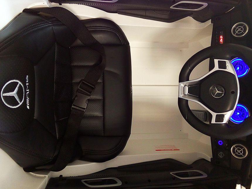 La plancia di comando illuminata dell'auto elettrica Lamas Toys Mercedes A45 AMG, con radio MP3, Bluetooth e fari a LED