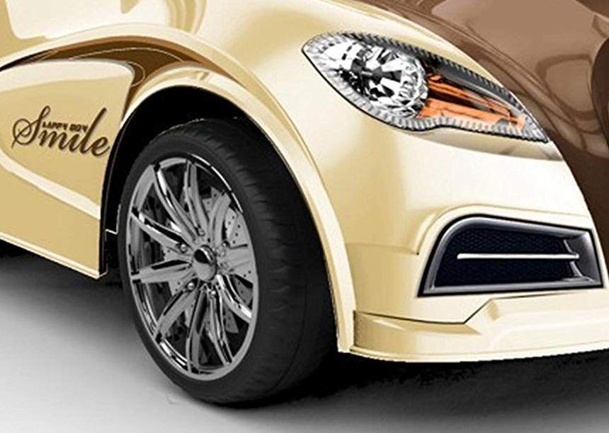 Primo piano della ruota dell'auto elettrica Mondial Toys Smile (notare la qualità del cerchio)