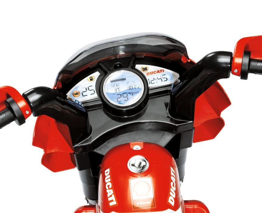 Primo piano del cruscotto della moto elettrica a 3 ruote Peg Pérego Ducati Desmosedici