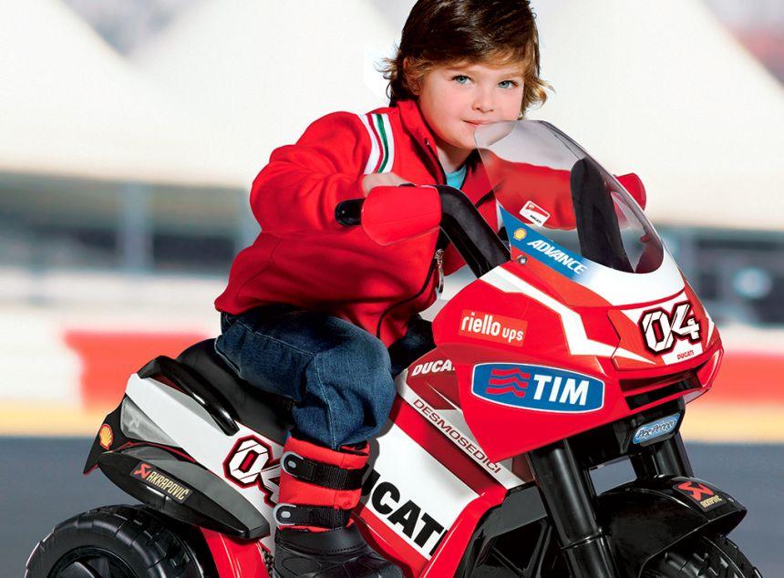Con la moto elettrica Peg Pérego Ducati Desmosedici vostro figlio si sentirà un vero pilota!