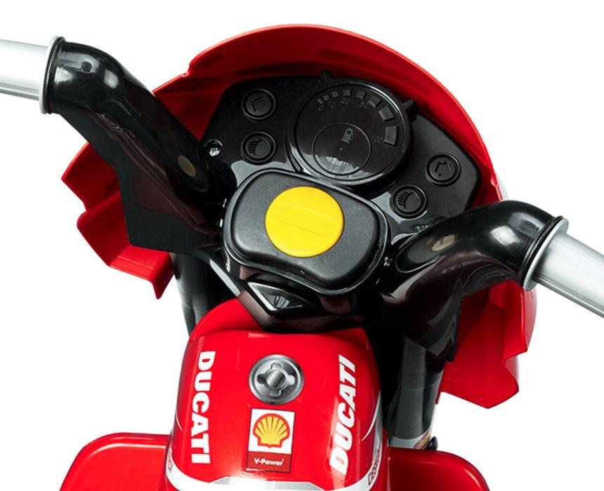 Primo piano della Moto elettrica a 3 ruote Peg Pérego Mini Ducati