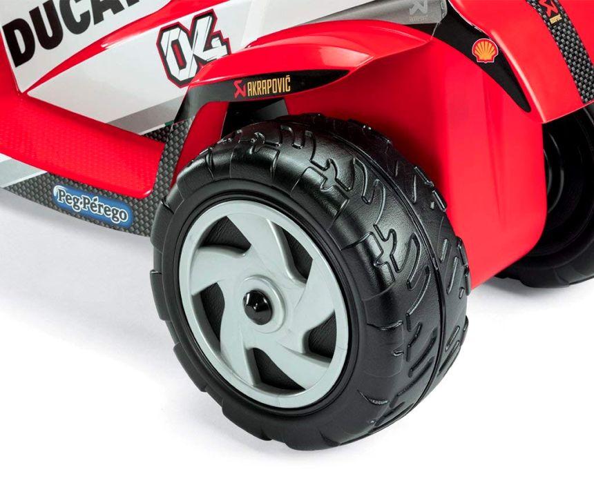 Ottimi materiali e sicurezza innanzitutto: un primo piano della ruota della moto elettrica Peg Pérego Mini Ducati