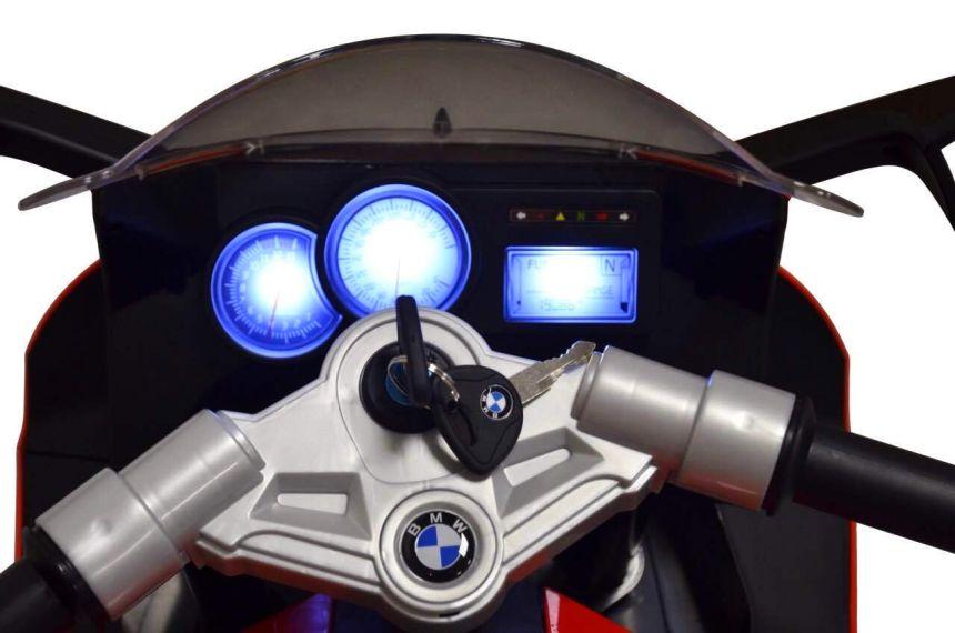 Primo piano del cruscotto illuminato della moto elettrica BMW K1300S di BabyCar, che ricordiamo essere corredata di luci e suoni