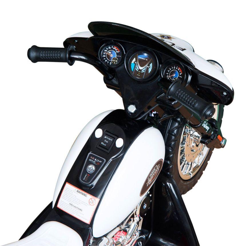 Primo piano del manubrio e della plancia di comando della moto triciclo HomCom della polizia, che ricordiamo essere adatta a bambini dai 3 anni d'età