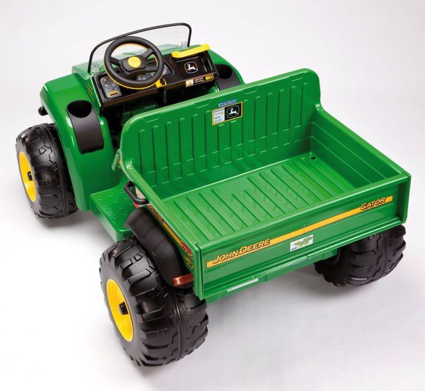 Vista posteriore del trattore elettrico a due posti Peg Pérego John Deere Gator HPX: notare l'ampio vano di carico per trasportare giocattoli e tanto altro ancora!