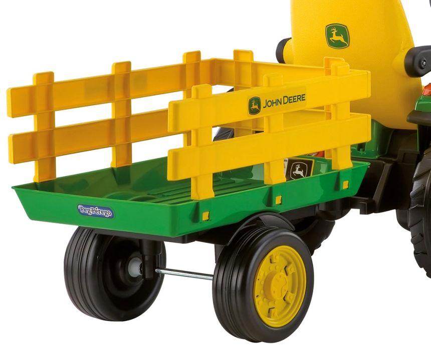 Il trattore elettrico Peg Pérego John Deere Ground Force dispone di un rimorchio molto capiente per il trasporto di giocattoli e tanto altro ancora!